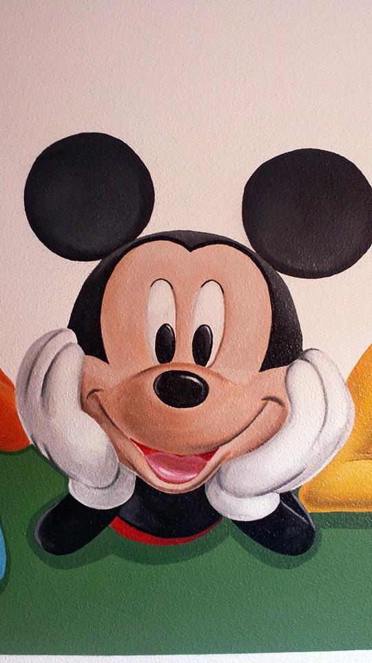 Habitación infantil con decoración de Disney.